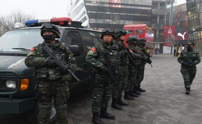 Kepolisian Tiongkok Berjaga di Wilayah Sanlitun Beijing 2015 Terhadap Ancaman Serangan Terorisme bbc.com AFP Photo - Setahun Kemarin Kontroversi Wacana Undang Undang Anti Terorisme Tiongkok