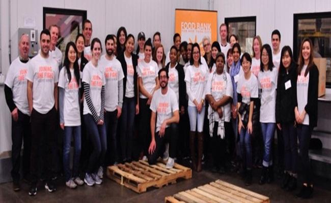Para relawan dari RopesGray di gudang bank makanan di Bronk New York - Firma Hukum Memerangi Kelaparan di New York