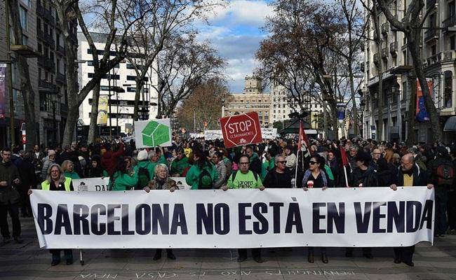 Spanduk bertuliskan Barcelona tidak untuk dijual dibentangkan pada aksi protes di La Rambla theguardian.com Lluis Gene AFP Getty Images - Diperlukan Regulasi Untuk Membatasi Jumlah Wisatawan ke Barcelona