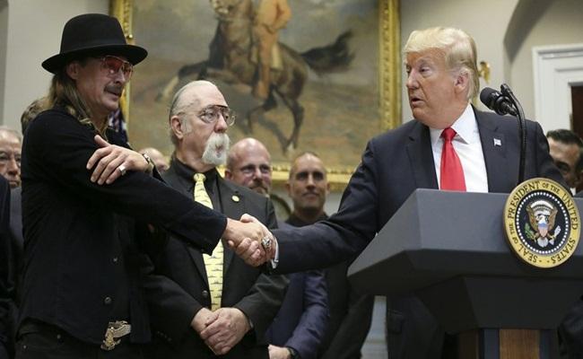 Donald Trump bersalaman dengan Kid Rock hollywoodreporter.com Oliver Contreras Pool Getty Images - Music Modernization Act Diberlakukan, Hak Musisi di Amerika Serikat Lebih Terjamin