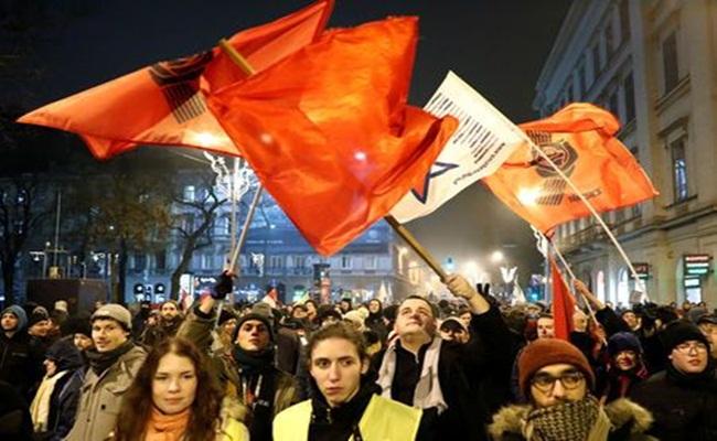 """Aksi Unjuk Rasa Slave law Reuters Bernadett Szabo - [Hongaria] Protes Terhadap Regulasi """"Perbudakan"""" Era Modern"""